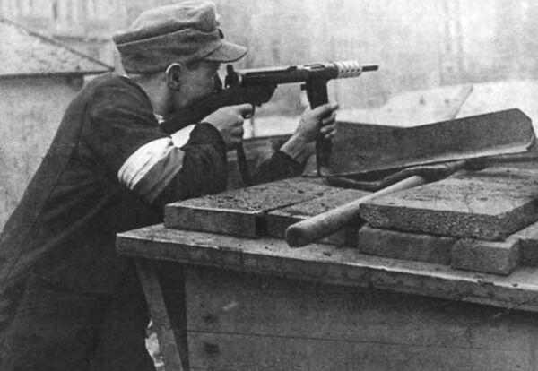 Polski powstaniec z Armii Krajowej  w czasie obrony na barykadach w trakcie Powstania Warszawskiego, 1944. - Sputnik Polska