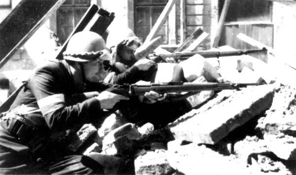 Żołnierze polskiej Armii Krajowej walczą z nazistami na barykadach podczas Powstania Warszawskiego, 1944. - Sputnik Polska