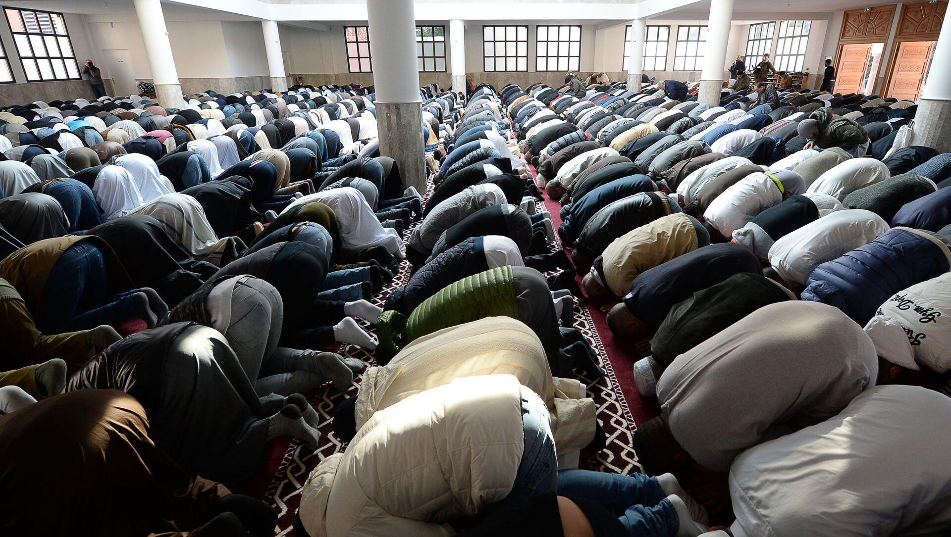 Muzułmanie modlą się w meczetu we francuskim mieście Frejus - Sputnik Polska, 1920, 06.02.2021