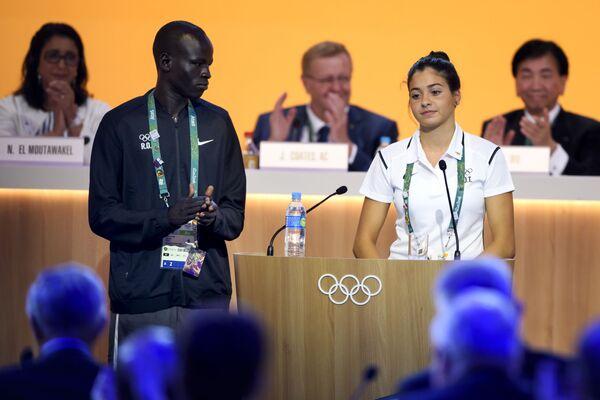 Członkowie reprezentacji uchodźców Yiech Pur Biel z Południowego Sudanu i Yusra Mardini z Syrii podczas posiedzenia MKOl w Rio de Janeiro, 02.08.2016. - Sputnik Polska