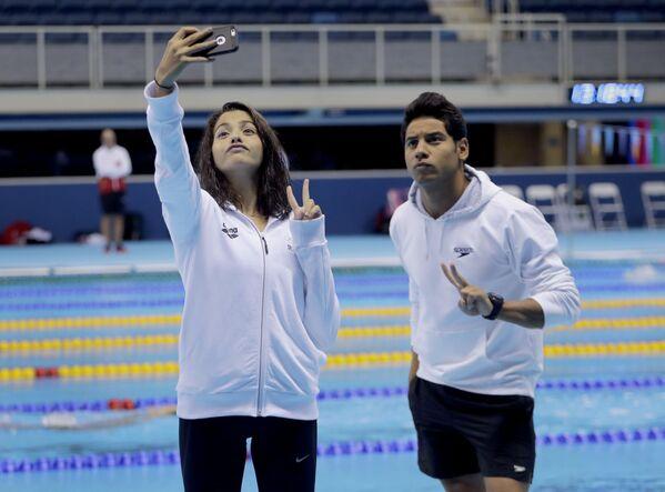 Członkowie reprezentacji olimpijskiej uchodźców, pływacy Yusra Mardini i Rami Anis fotografują się w basenie olimpijskim w Rio de Janeiro, 28.07.2016. - Sputnik Polska
