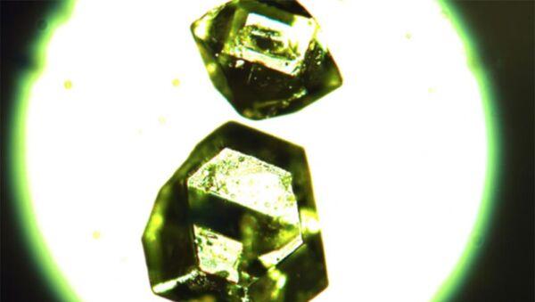 Kryształy syntetycznego żemczużnikowitu - Sputnik Polska