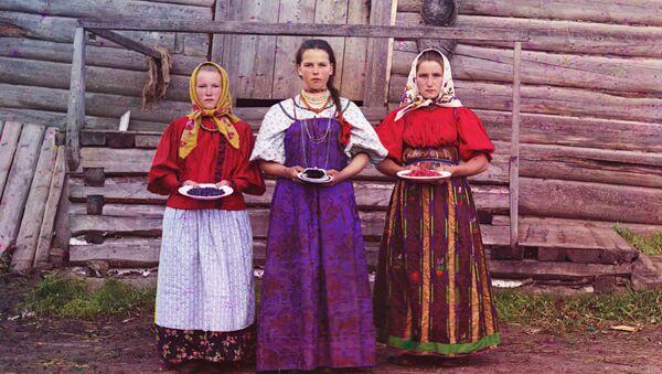 Nowogrodzka gubernia. Dziewczęta wiejskie z jagodami - Sputnik Polska