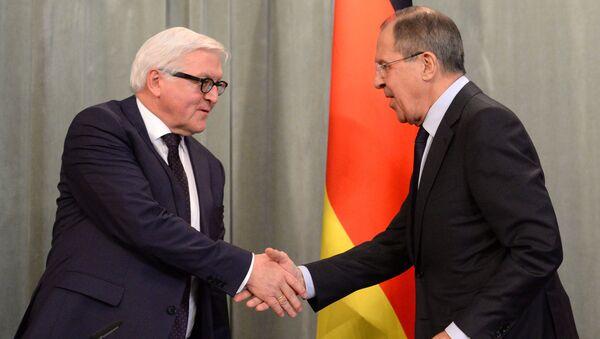 Szef rosyjskiej dyplomacji Siergiej Ławrow i minister spraw zagranicznych Niemiec Frank-Walter Steinmeier - Sputnik Polska