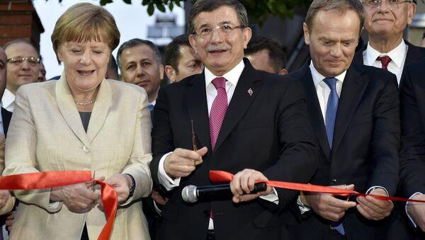 Kanclerz Niemiec Angela Merkel, pemier Turcji Ahmet Davutoglu i przewodniczący Rady Europejskiej Donald Tusk podczas ceremonii przecięcia wstęgi przy Centrum Pomocy Dzieciom w obozie dla uchodźców niedaleko Gaziantep, Turcja, 23 kwietnia 2016 - Sputnik Polska