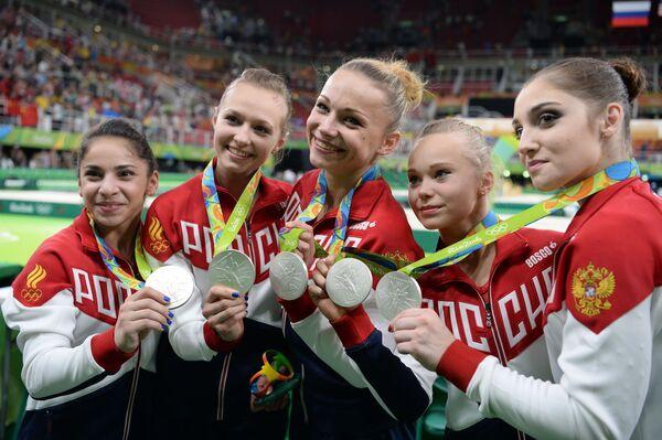Sportsmenki reprezentacji Rosji, które zdobyły srebrne medale w zespołowym wieloboju kobiet na zawodach gimnastyki sportowej na XXXI letnich Igrzyskach Olimpijskich na ceremonii wręczenia nagród - Sputnik Polska