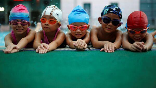 Dzieci na zajęciach na basenie w szkole pływania  - Sputnik Polska