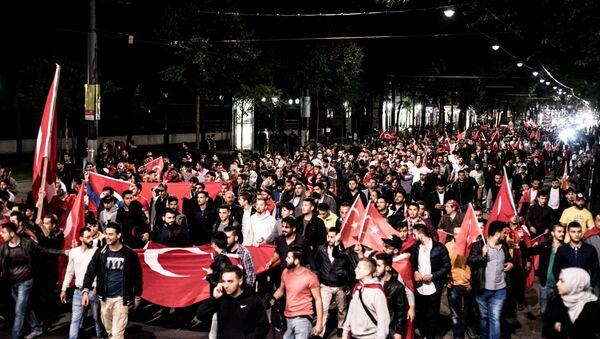 Zwolennicy Erdogana na demonstracji w Wiedniu, 16 lipca 2016 - Sputnik Polska
