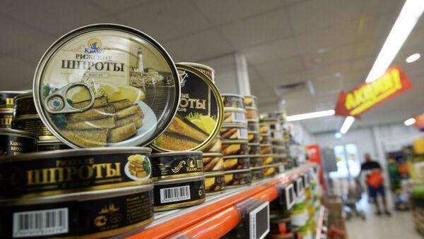 Konserwy Ryskie szproty w oleju w supermarkecie w Moskwie - Sputnik Polska