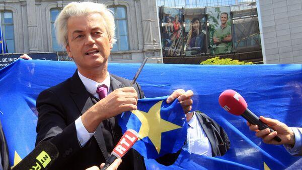 Holenderski populista i eurosceptyk Geert Wilders wycina gwiazdę z flagi UE tuż przed budynkiem Parlamentu Europejskiego w Brukseli - Sputnik Polska