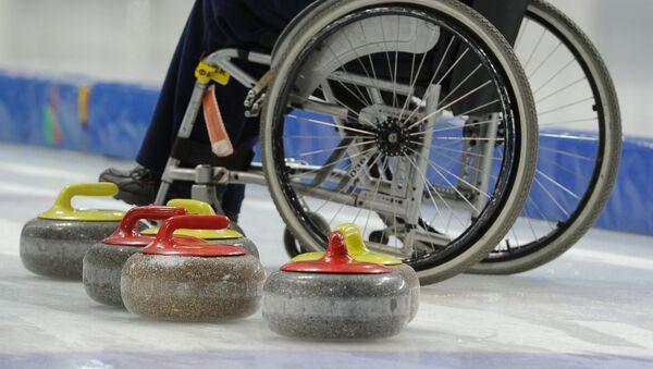 Sportowiec podczas treningu rosyjskiej reprezentacji paraolimpijskiej w curlingu - Sputnik Polska