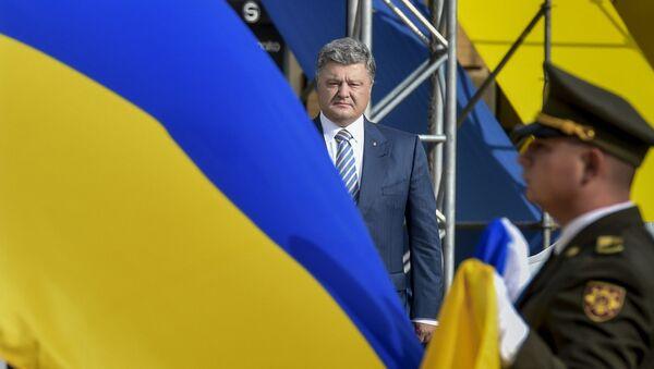 Prezydent Ukrainy Petro Poroszenko na uroczystej ceremonii podniesienia flagi państwowej Ukrainy na Placu Sofijskim w Kijowie - Sputnik Polska