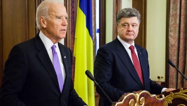 Wiceprezydent Stanów Zjednoczonych Joe Biden i prezydent Ukrainy Petro Poroszenko w czasie konferencji prasowej po spotkaniu w Kijowie - Sputnik Polska