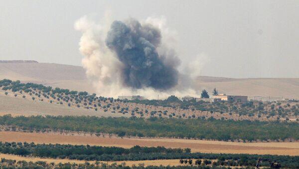 Dym unoszący się nad przygranicznym mieście Dżarabulus w Syrii - Sputnik Polska