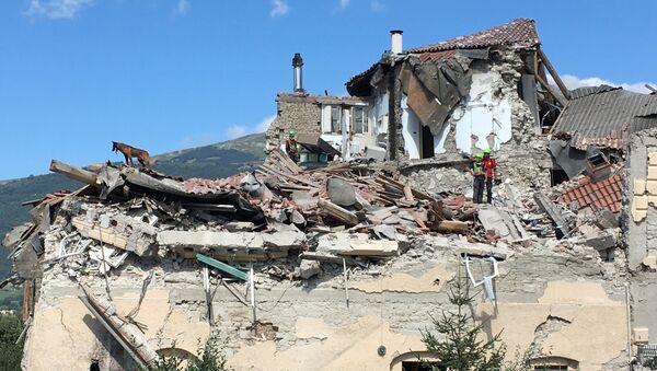 Skutki trzęsienia ziemi we Włoszech - Sputnik Polska