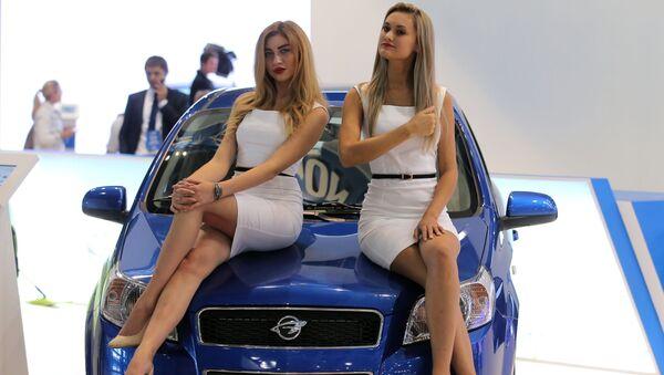 Dziewczyny na Międzynarodowej Wystawie Samochodowej 2016 w Moskwie - Sputnik Polska
