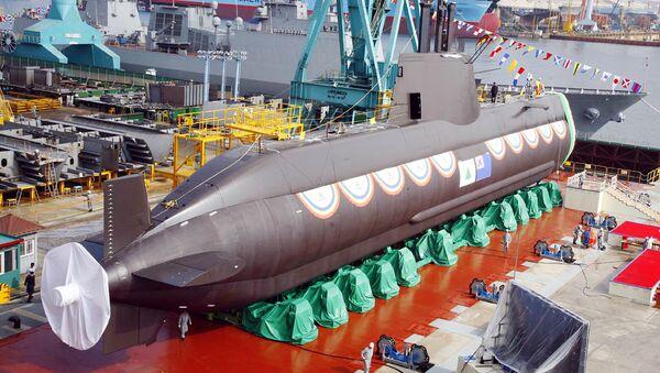 Południowokoreański okręt podwodny klasy Sonwonil podczas spuszczania na wodę - Sputnik Polska