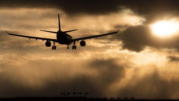Samolot linii lotniczych Aeroflot zniża się do lądowania na lotnisku Szeremietiewo w Moskwie - Sputnik Polska