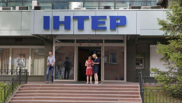 Ludzie przy wejściu do biura telewizji Inter w Kijowie, Ukraina - Sputnik Polska