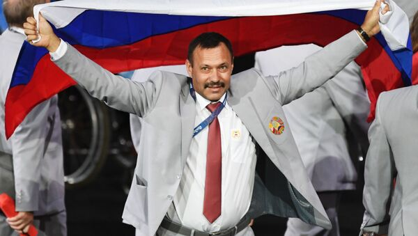 Andriej Fomoczkin z flagą Rosji na ceremonii otwarcia XV Letnich Igrzysk Paraolimpijskich 2016 w Rio de Janeiro - Sputnik Polska