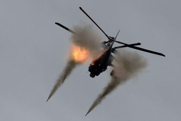 """Obecnie w Arseniewskich Zakładach Lotniczych """"Progress"""" w interesie Sił Powietrzno-Kosmicznych Rosji i zagranicznych klientów budowane są śmigłowce bojowe Ka-52 """"Aligator"""" i ich wersja okrętowa - Ka-52K. - Sputnik Polska"""