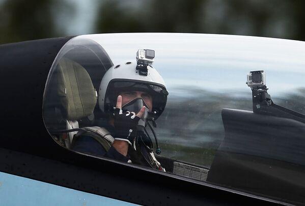 """Zespół akrobacyjny """"Sokoły Rosji"""" zademonstrował możliwości wielozadaniowego myśliwca Su-30SM. - Sputnik Polska"""