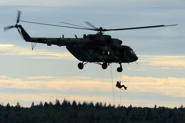 """Na Międzynarodowym Forum Wojskowo-Technicznym """"Armia 2016"""" odbyły się pokazowe ćwiczenia z desantowania ze śmigłowca Mi-8. - Sputnik Polska"""