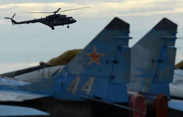Śmigłowiec Mi-8 podczas pokazów lotniczych na lotnisku w Kubince. - Sputnik Polska