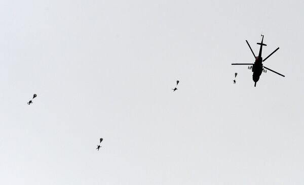 Desantowanie ze śmigłowca Mi-8 podczas ćwiczeń pokazowych w Kubince. - Sputnik Polska