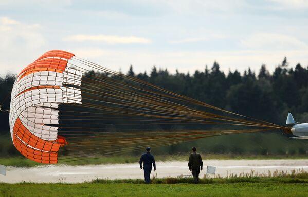 Lądowanie wielozadaniowego myśliwca Su-30SM na lotnisku w Kubince. - Sputnik Polska