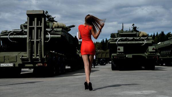 Zwiedzająca na Międzynarodowym Forum Wojskowo-Technicznym ARMIA-2016 - Sputnik Polska