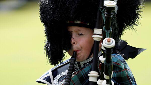 Chłopiec gra na dudach w Szkocji - Sputnik Polska