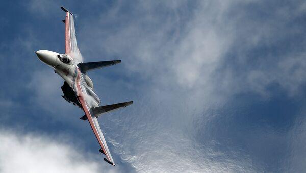 Wielozadaniowy myśliwiec Su-27 grupy pilotażowej Russkie Witiazi na Międzynarodowym Forum ARMIA-2016 - Sputnik Polska