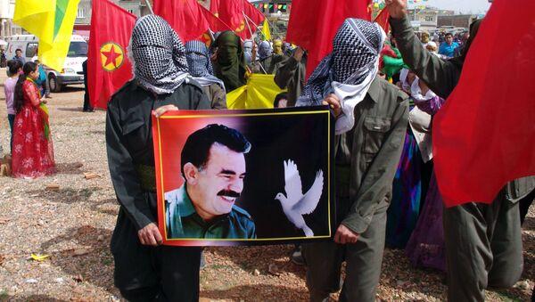 Zwolennicy zakazanej w Turcji Partii Pracujących Kurdystanu z portretem lidera Abdullaha Öcalana - Sputnik Polska