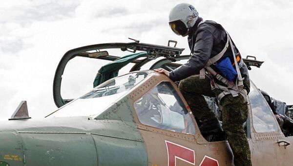 Pilot wsiada do samolotu szturmowego Su-25 rosyjskich Sił Powietrzno-Kosmicznych - Sputnik Polska
