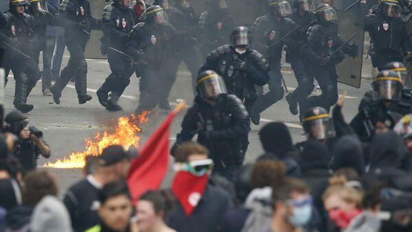W Paryżu odbył się marsz przeciwko reformie prawa pracy - Sputnik Polska