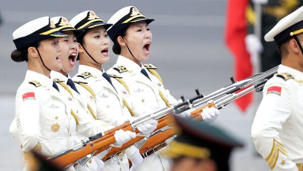 Kobieca rota warty honorowej armii Chin po raz pierwszy maszeruje podczas parady w Pekinie, Chiny - Sputnik Polska