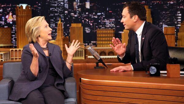 Prezenter NBC przywitał Clinton w masce medycznej - Sputnik Polska
