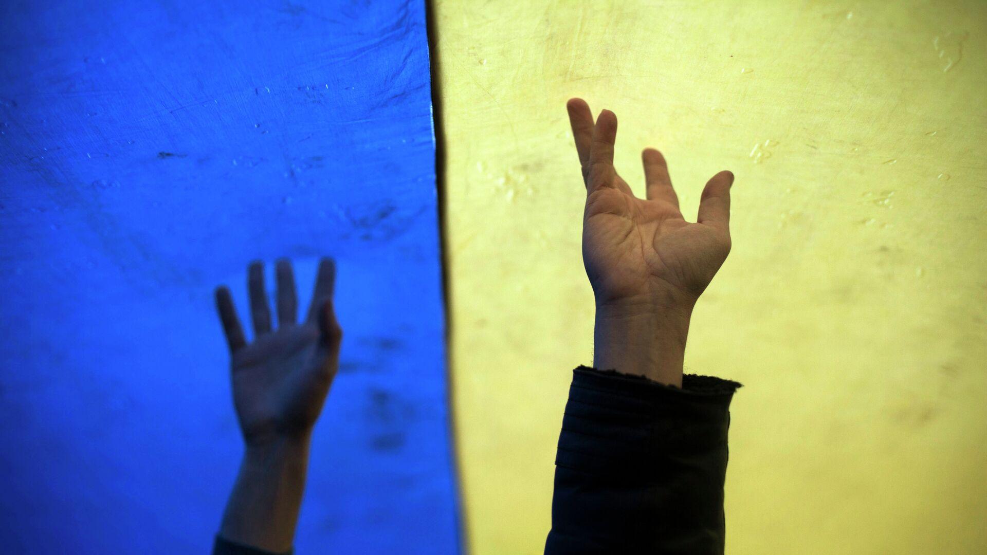 Ręce demonstrantów na tle flagi Ukrainy - Sputnik Polska, 1920, 24.08.2021
