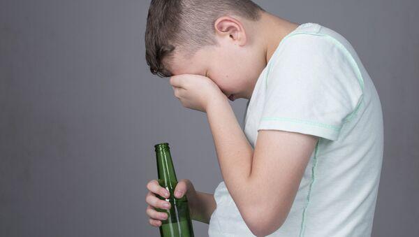 Nastolatek z butelką alkocholu - Sputnik Polska
