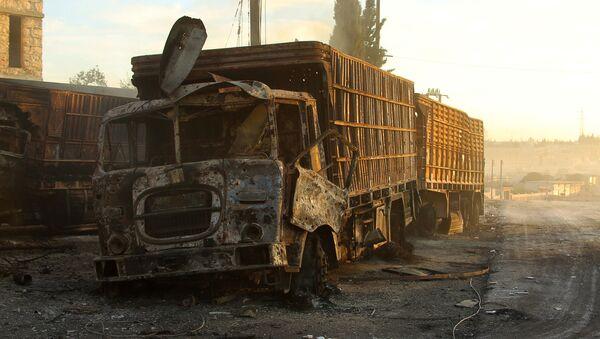 Zniszczona w nalocie ciężarówka z pomocą humanitarną w rejonie miasta Orme al-Kubra w zachodnich przedmieściach Aleppo - Sputnik Polska