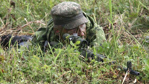 Strzelec zmotoryzowanej górskiej brygady Południowego Okręgu Wojskowego stacjonującej w Czeczenii - Sputnik Polska