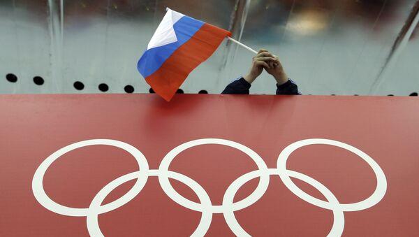 Rosyjska flaga nad olimpijskim symbolem na Olimpiadzie w Soczi - Sputnik Polska