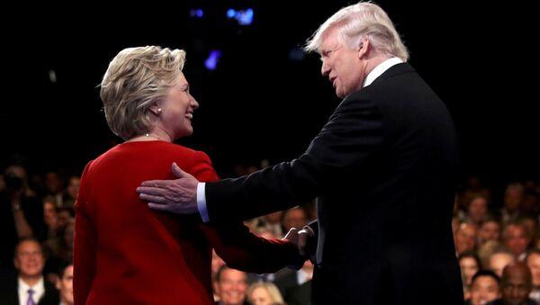 Kandydaci na prezydenta USA Hillary Clinton i Donald Trump podczas debaty w Nowym Jorku - Sputnik Polska