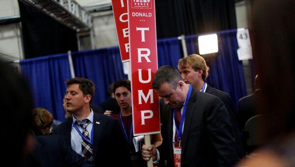 Pracownicy z plakatami po pierwszej debacie kandydatów na prezydenta USA Donalda Trumpa i Hillary Clinton - Sputnik Polska