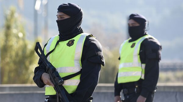 Pracownicy służb porządkowych w Katalonii - Sputnik Polska
