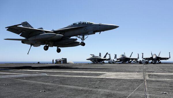 Myśliwce na pokładzie amerykańskiego lotniskowca Dwight D. Eisenhower na Morzu Śródziemnym - Sputnik Polska