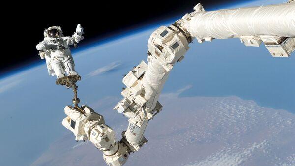 Astronauta Stephen K. Robinson w otwartej przestrzeni kosmicznej - Sputnik Polska