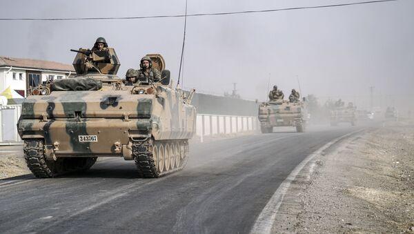 Tureccy wojskowi na transporterze opancerzonym - Sputnik Polska