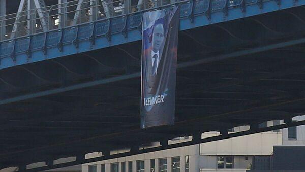 """Plakat z portretem Władimira Putina z podpisem """"Peacemaker"""" na Manhattan Bridge w Nowym Jorku - Sputnik Polska"""